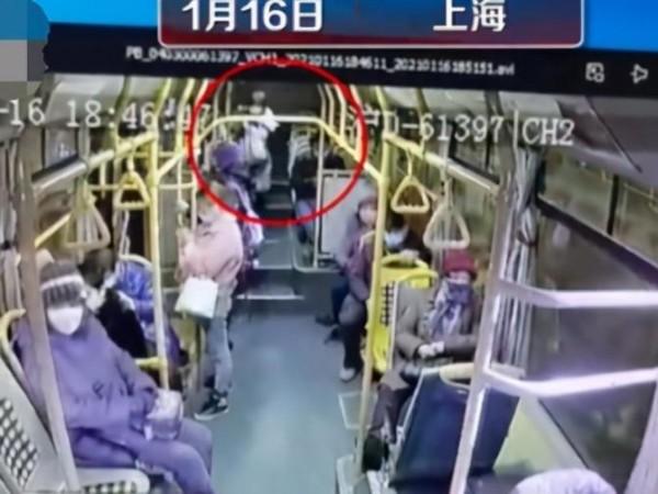 【痛心】视频监控系统记录下,上海公交车急刹车女乘客被甩2米远